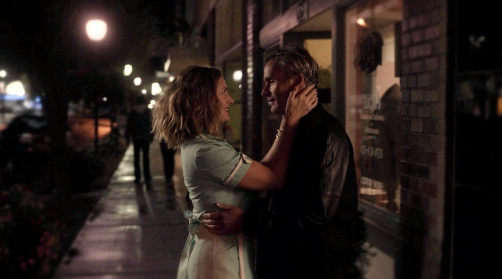 twin-peaks-the-return-2017-027-madchen-amick-balthazar-getty-canoodling-street-night