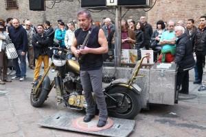 150314 - Spettacolo musicista artista di strada Beppe Maniglia in piazza Nettuno - foto Nucci/Benvenuti - SPETTACOLO BEPPE MANIGLIA - fotografo: BENVENUTI